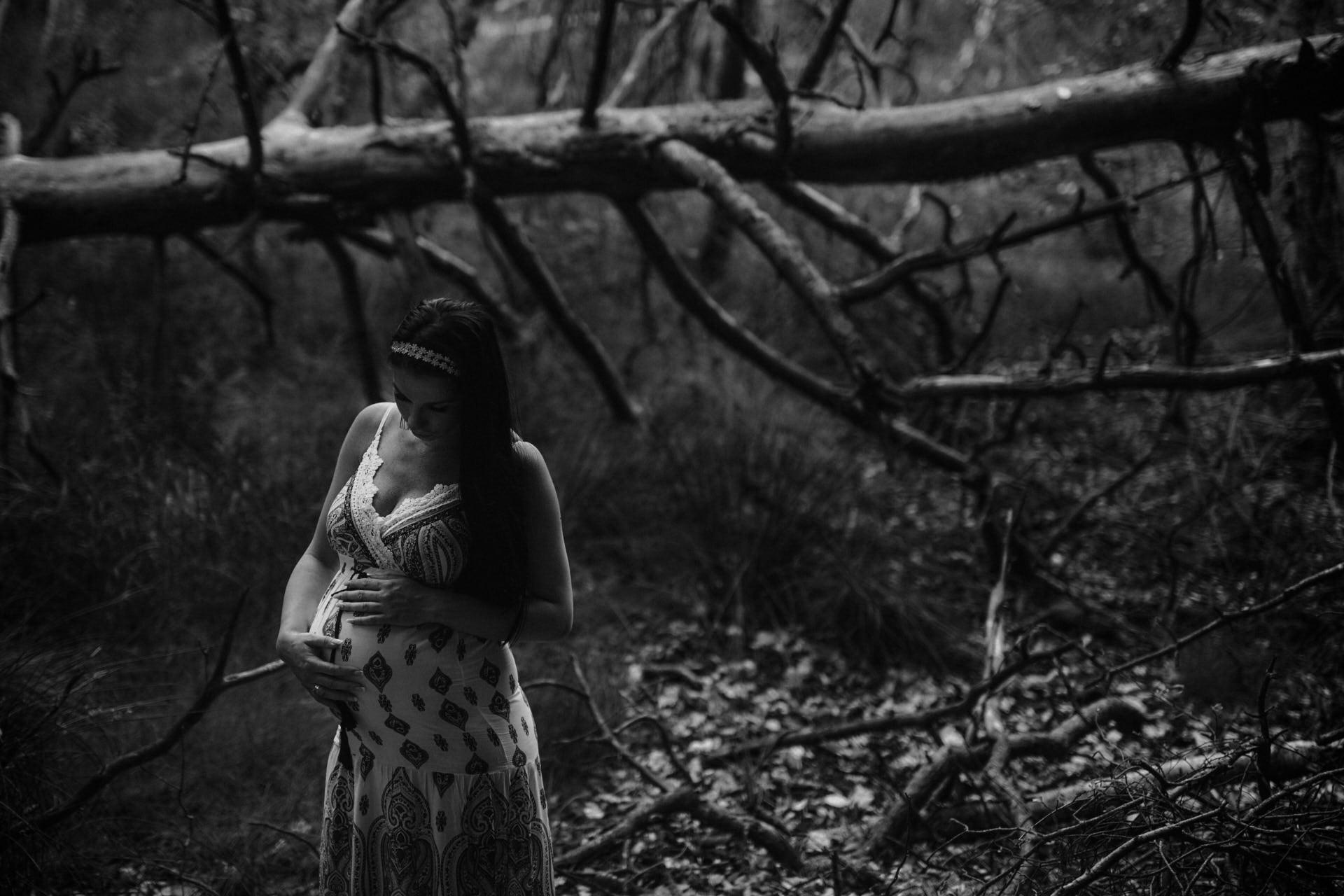 czarno-białe zdjęcia ciążowe