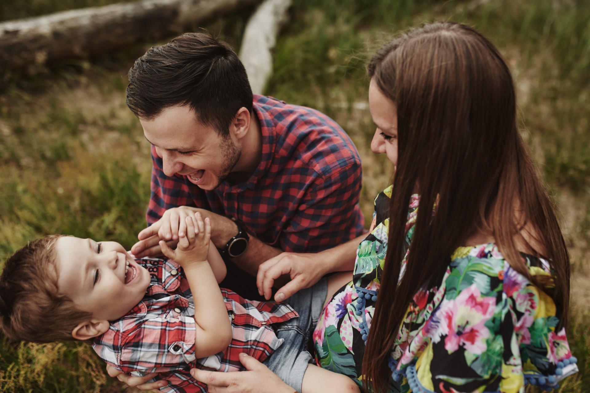 wesoła sesja rodzinna z dzieckiem
