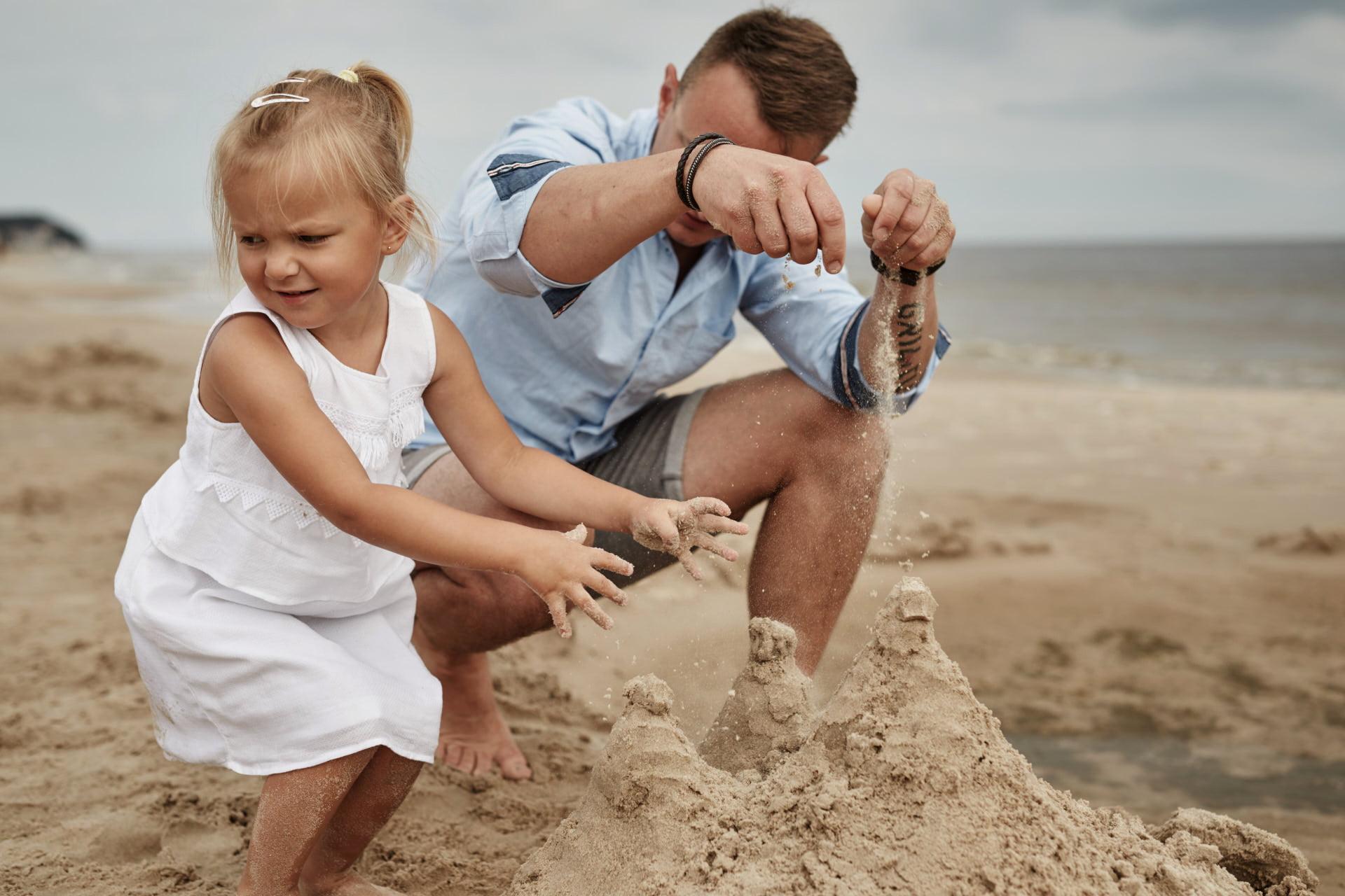 córka z tata na plaży - fotografia rodzinna w wykonaniu Przemek Białek fotograf rodzinny