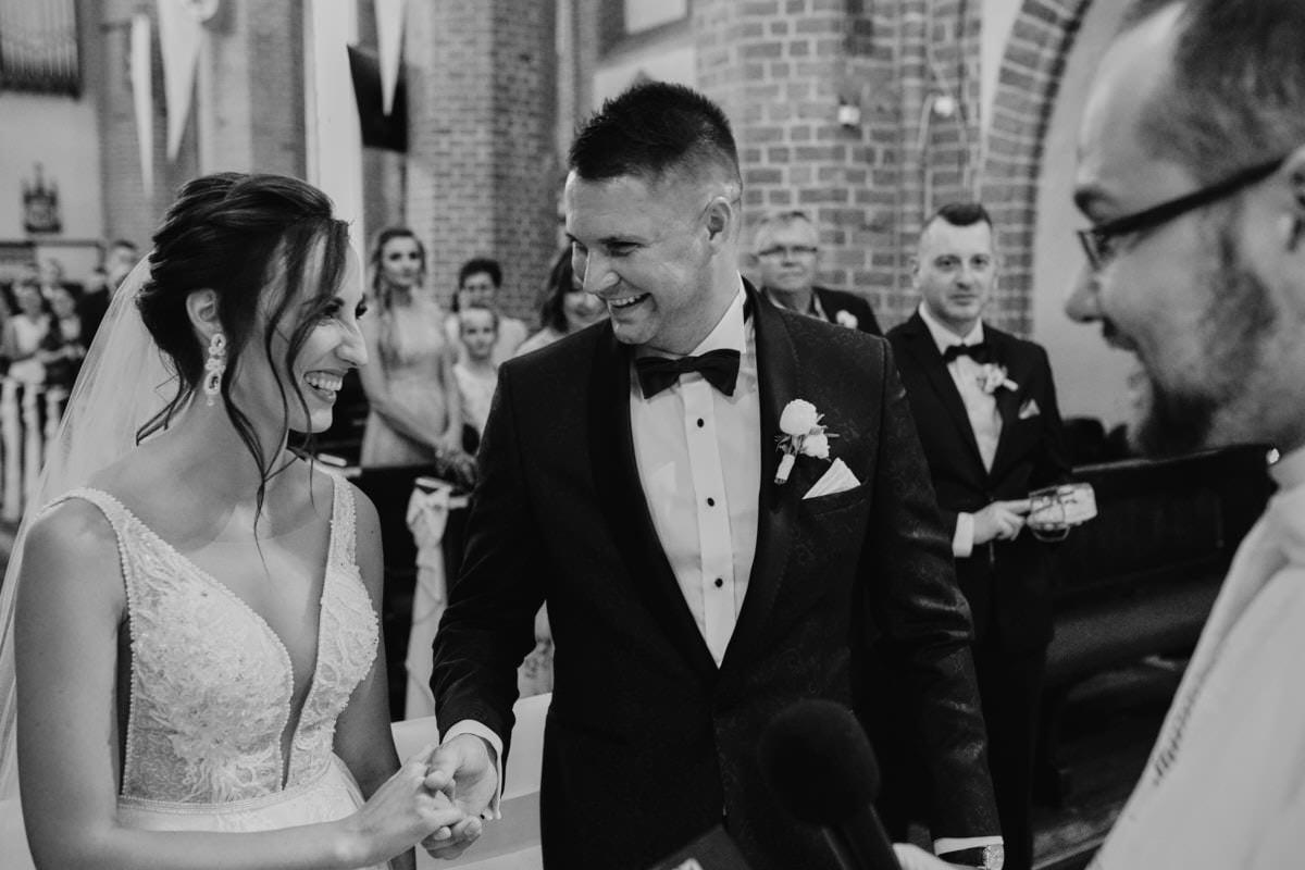 szczęślwi małżonkowie - ślub w kościele