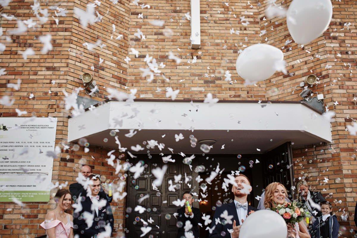 wyjście z kościoła - fotograf ślubny Szczecin