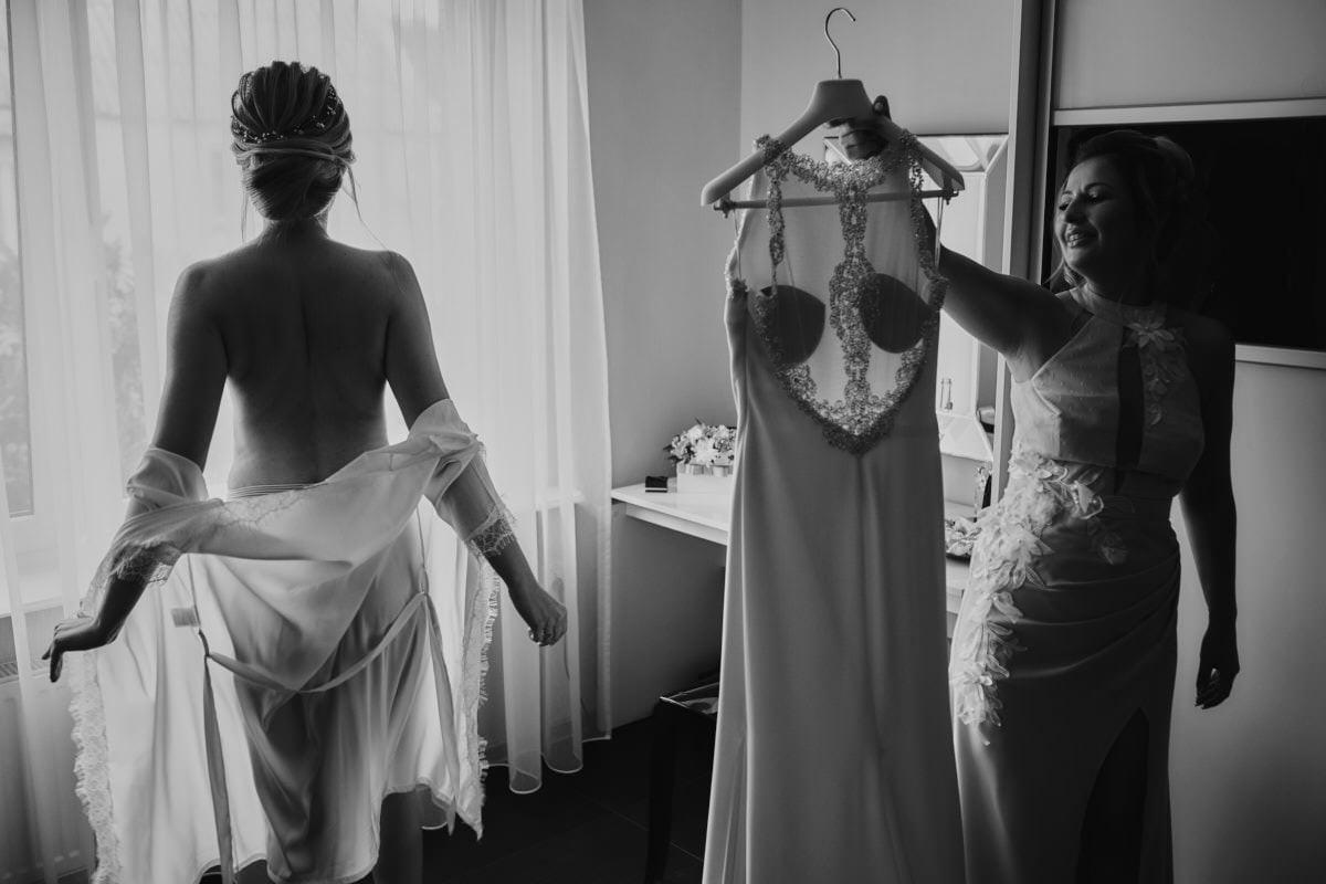 ubieranie Panny Młodej - suknia ślubna
