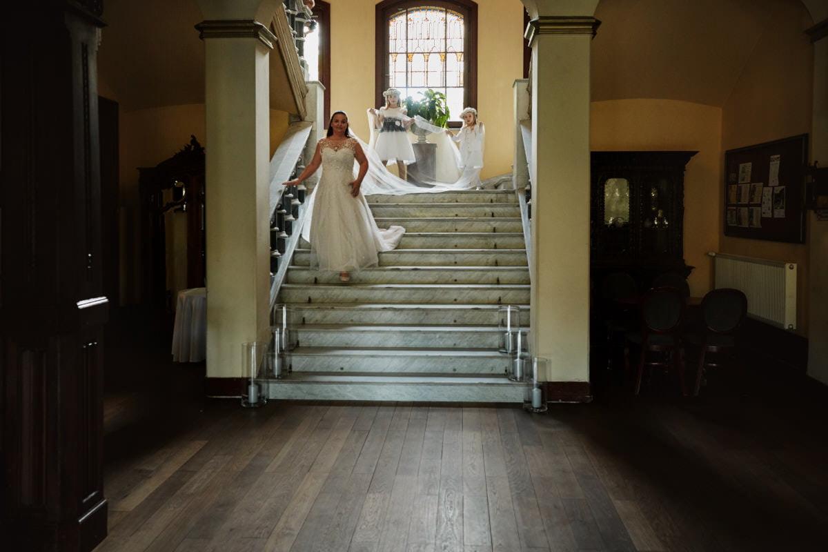 Panna Moda schodzi po schodach