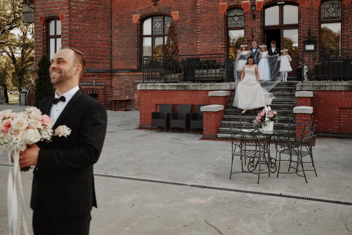 Pan Młody czeka na przyszłą żonę