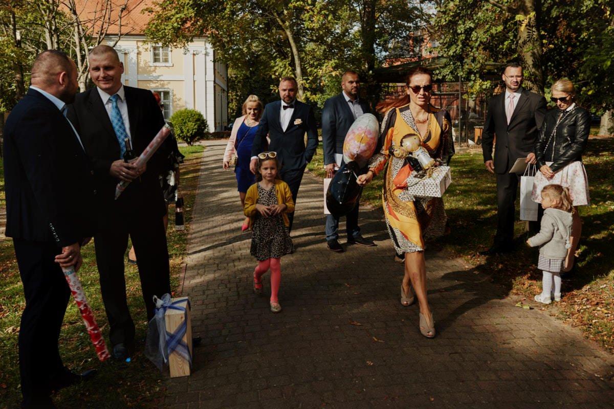 goście weselni w drodze do kościoła