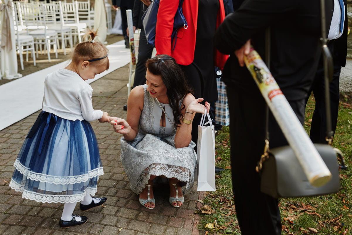 goście weselni przed kaplicą