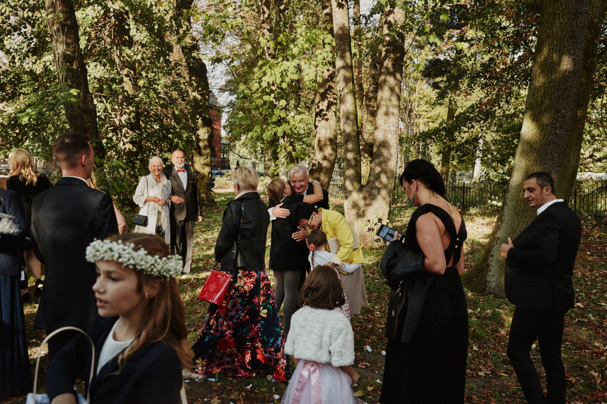 goście weselnie przytulają się