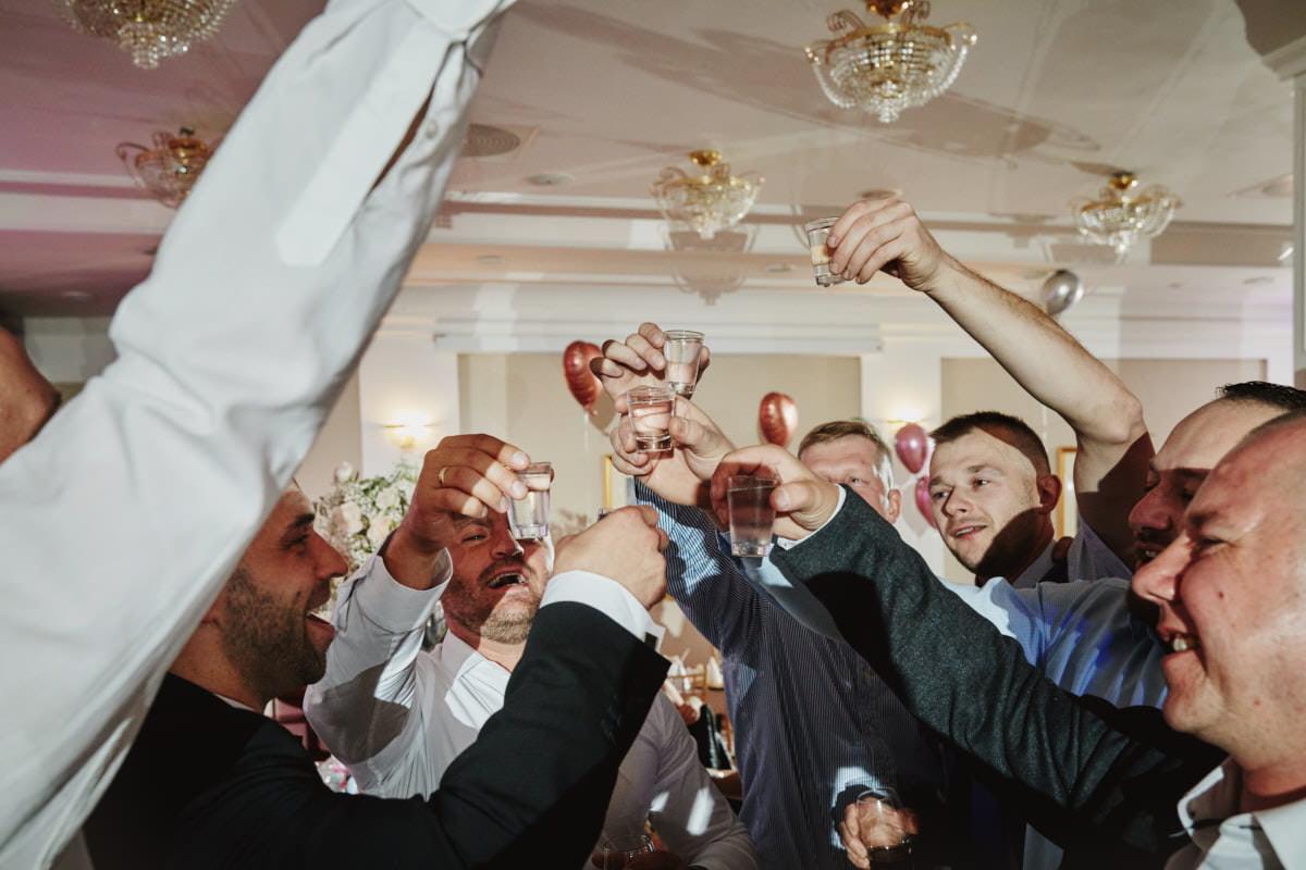 wznoszenie toastu z gośmi