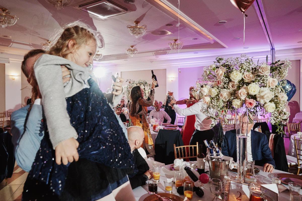 dzieci na sali weselnej