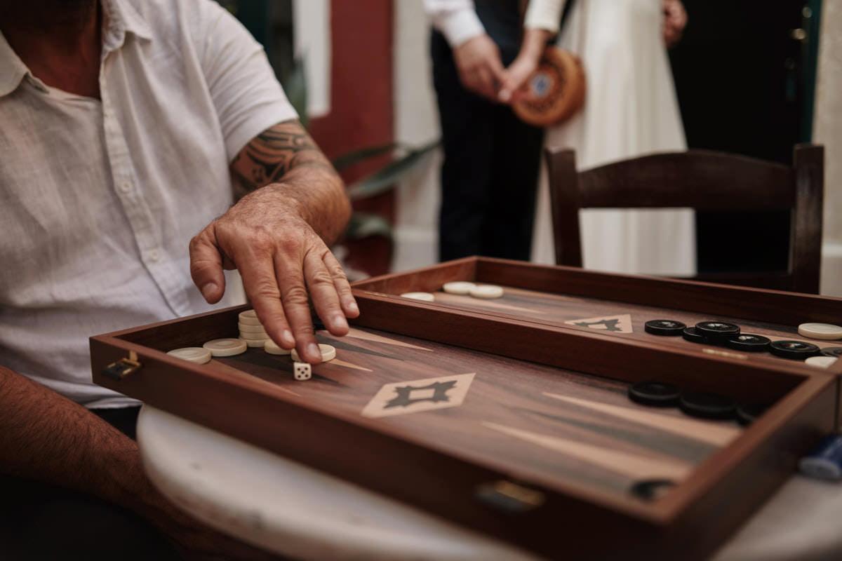 grecy grają w narodową grę