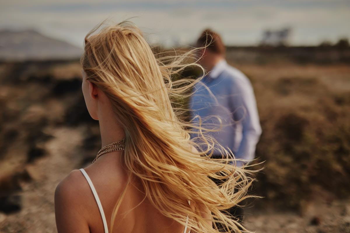 rozwiane włosy