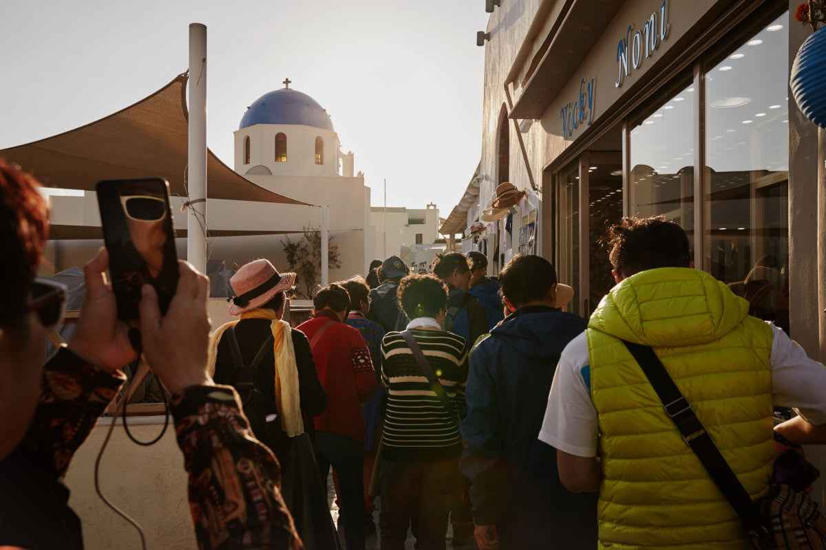 turyści na Santorini