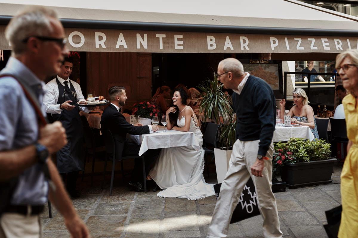 Mediolan - para ślubna w restauracji