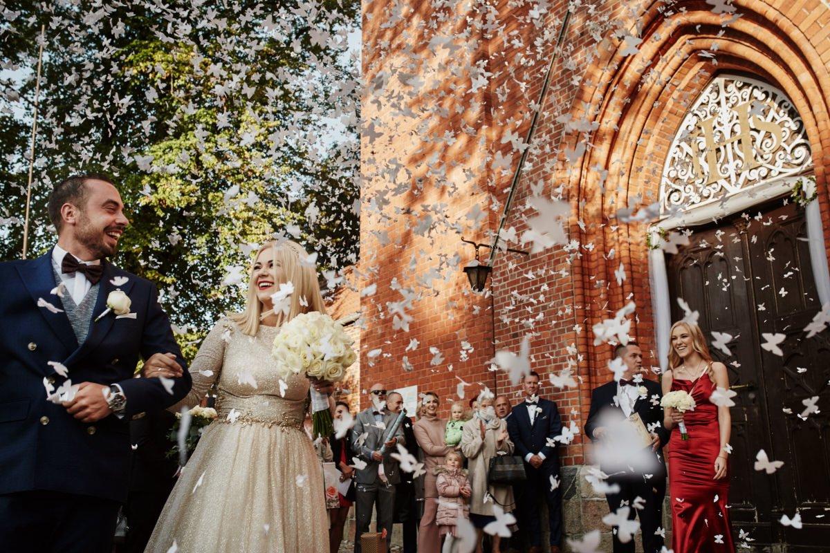 nowożeńcy obsypani konfetti