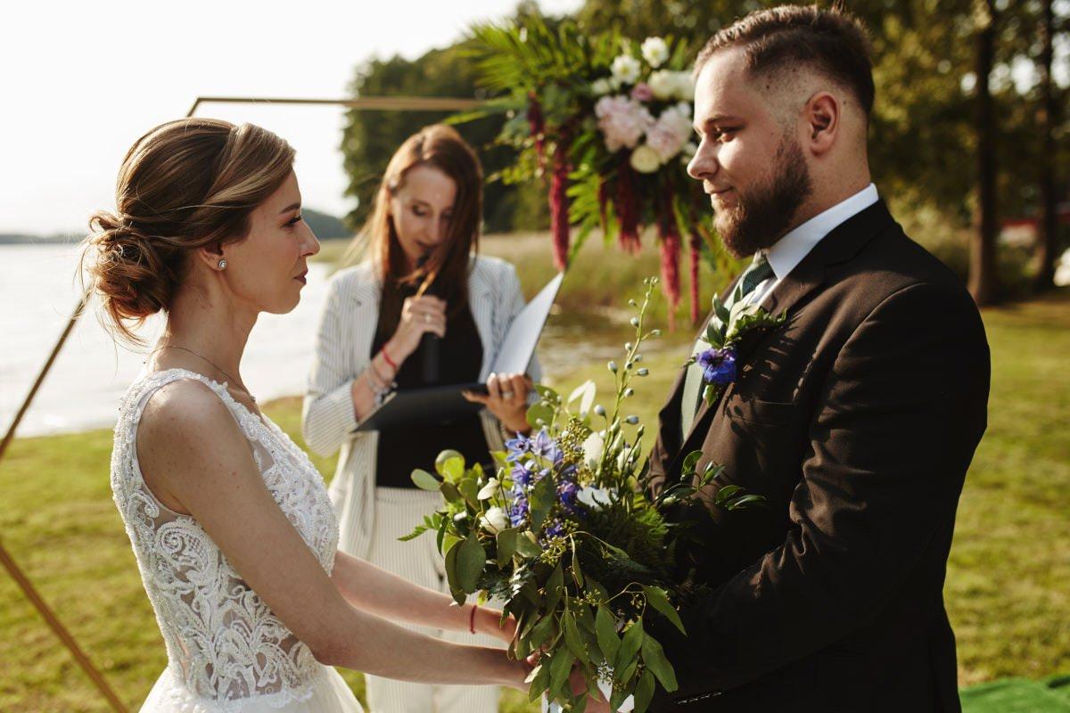 ceremonia zaślubniw w plenerze nad jeziorem