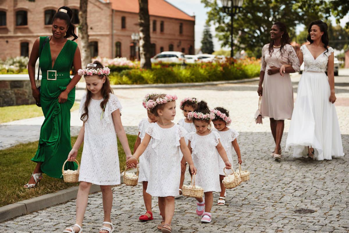 oraszak dzieci wraz z panną młodą