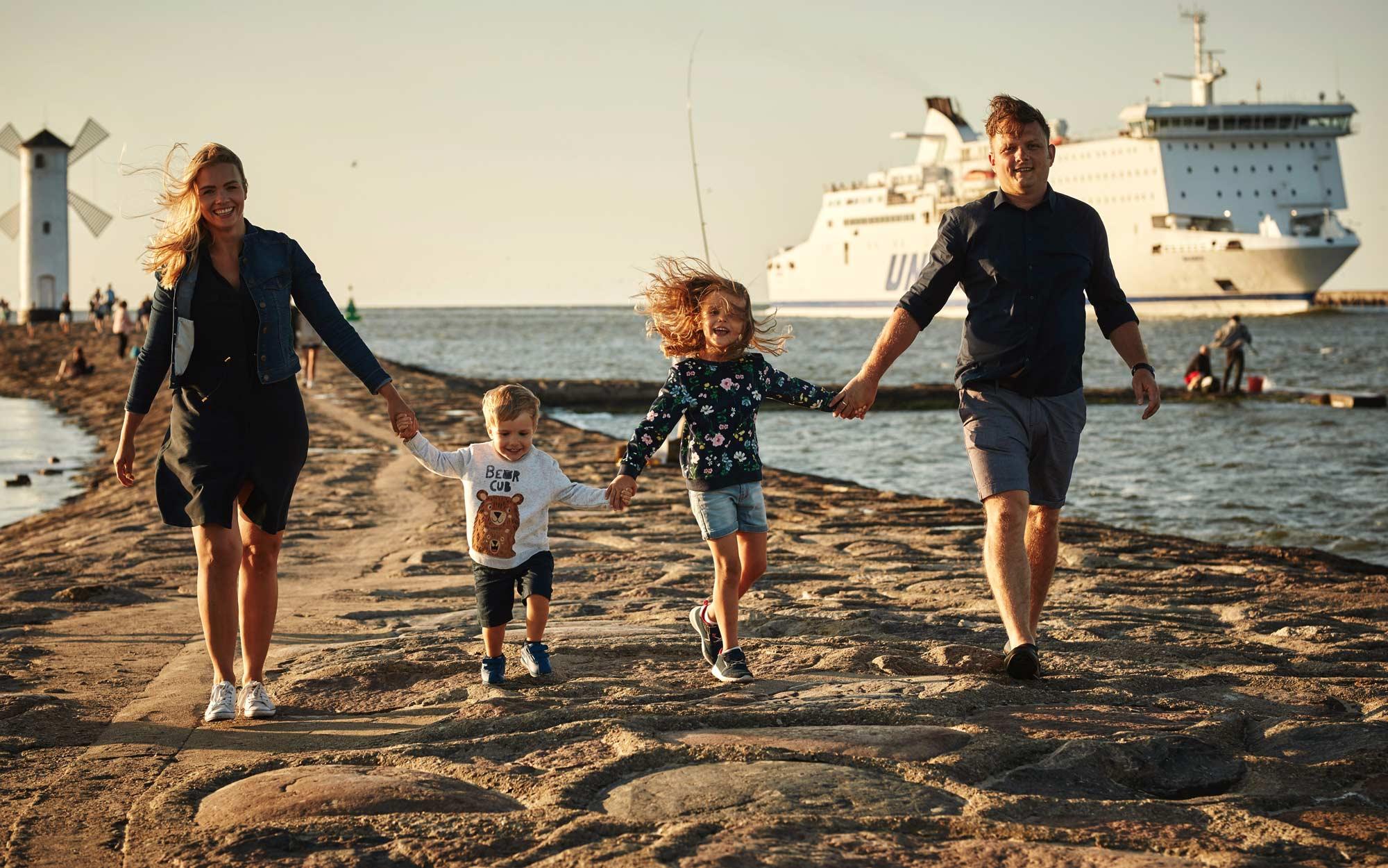 Sesja rodzinna nad morzem na plaży nad Bałtykiem